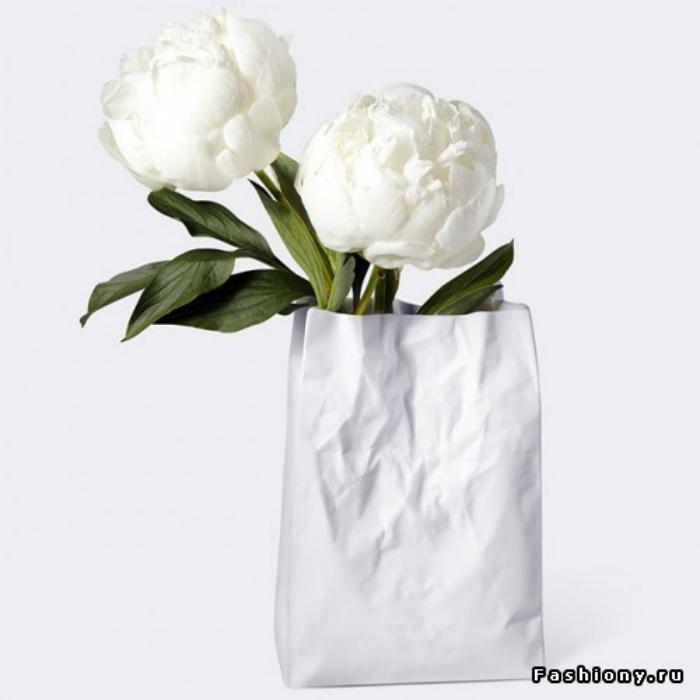 Керамическая ваза в виде помятого бумажного пакета.