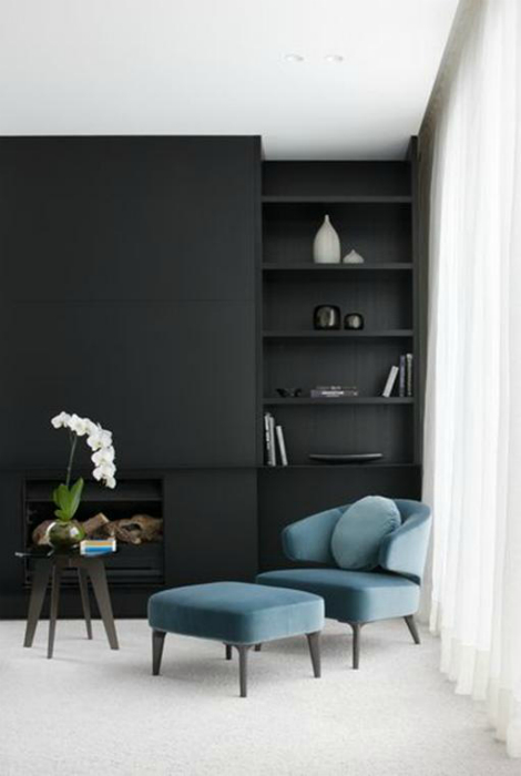 Элегантная гостиная с черными стенами.