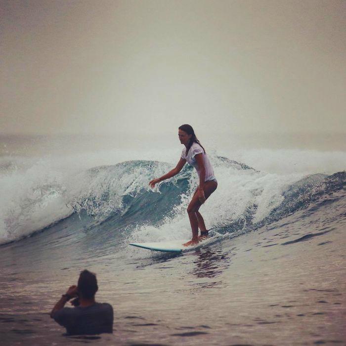 Серфингистка и ее верный спутник.