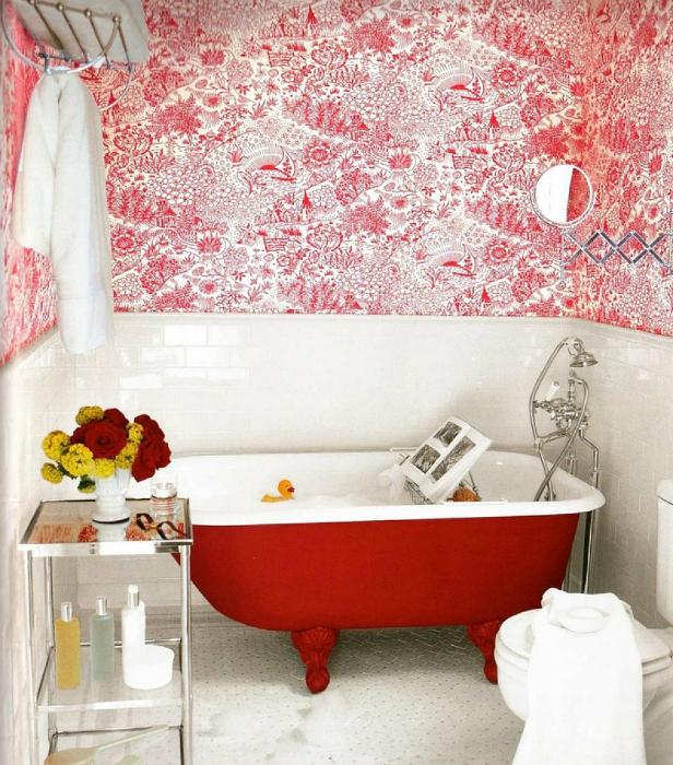 Ванная комната в бело-красных тонах.