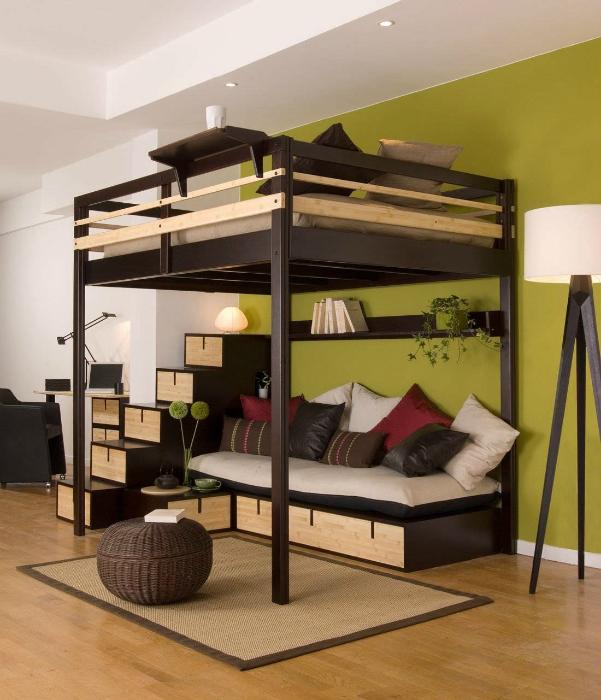 Кровать в стиле лофт с зоной отдыха внизу.