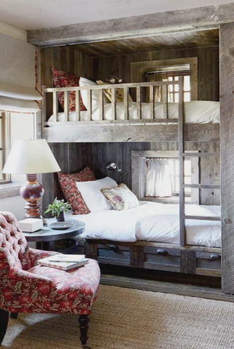 Уютная спальня в рустикальном стиле.