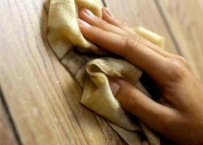 Мыть деревянные поверхности чаем.