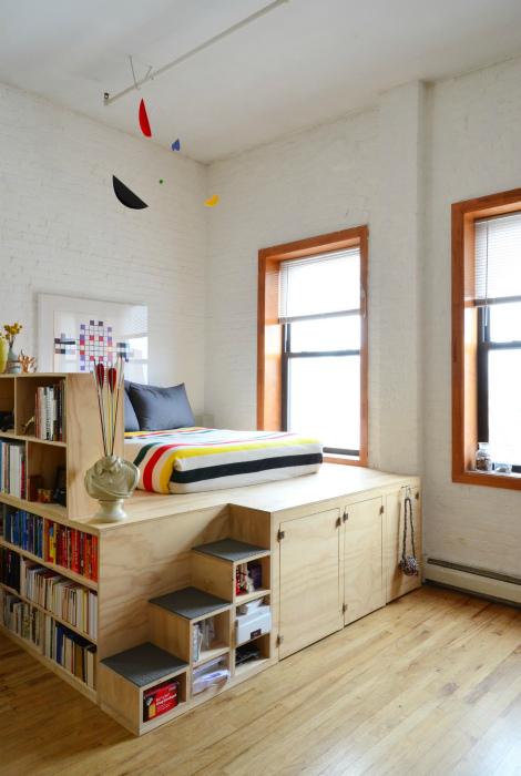 Спальное место на деревянном подиуме.