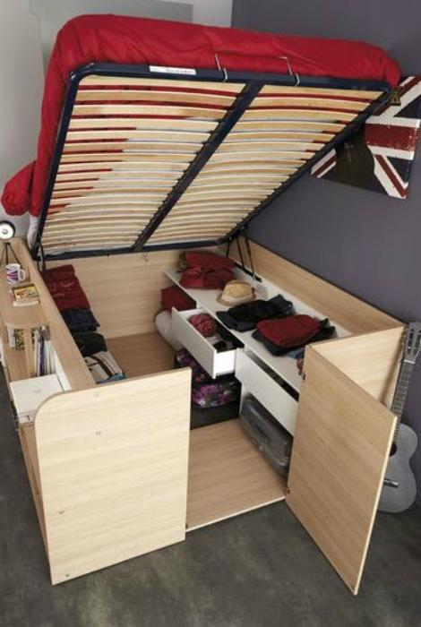 Кровать с объемной нишей и боковыми полочкам.