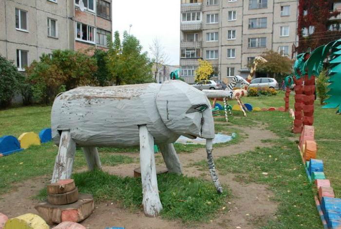 Скульптура на детской площадке.