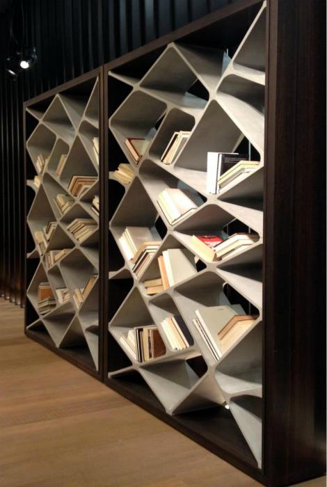 Книжный шкаф из дерева и бетона.