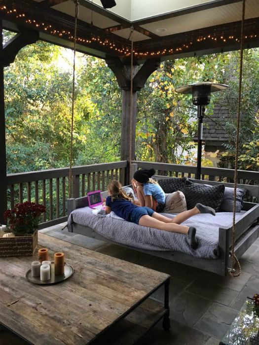 Подвесная кровать во дворе.