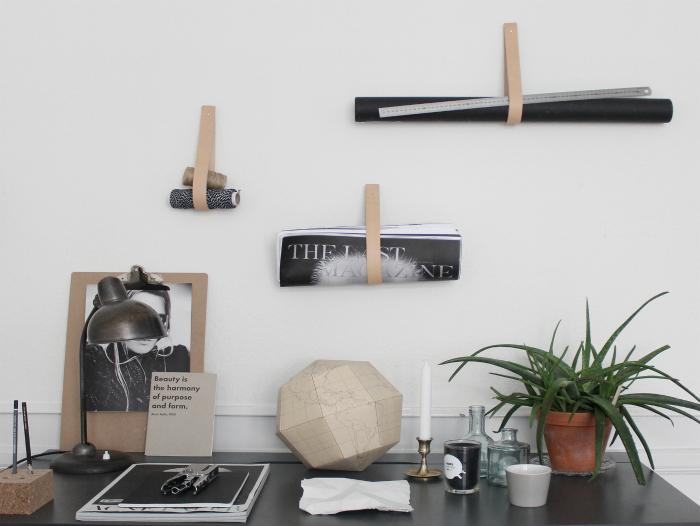 Стильные минималистические вешалки, сделанные из полосок кожи, прибитых к стене.