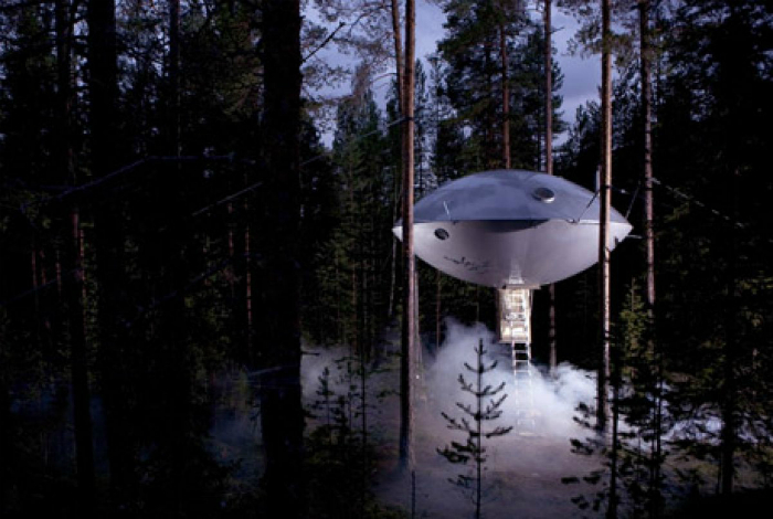 Номер отеля, стилизованный под летающую тарелку, «висящую» в 6-ти метрах над землей.