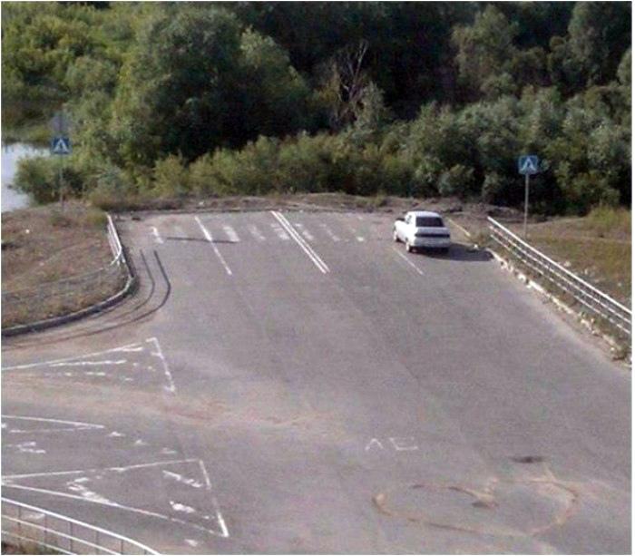 Пешеходный переход в конце дороги.