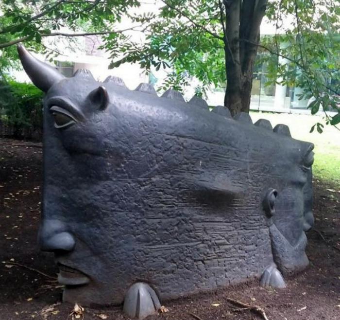 Пугающая скульптура.