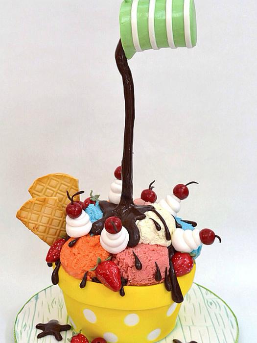 «Гравитационный» торт в виде шариков мороженного, на которые льется шоколад.
