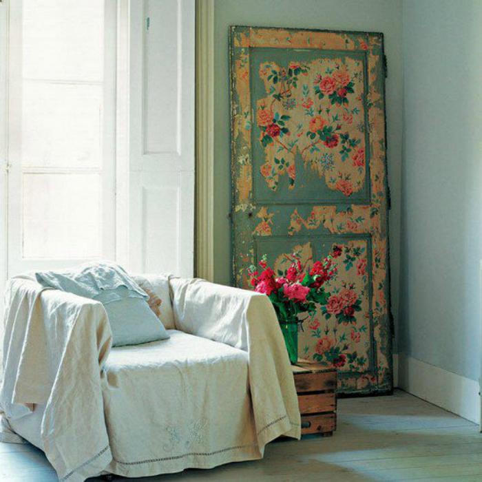 Произведение искусства из старой двери.