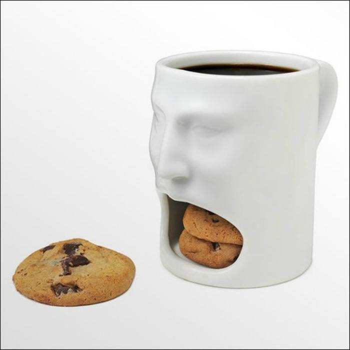 Оригинальная чашка со специальным отверстием для печенья.