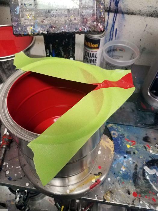 Аккуратно перелить краску.