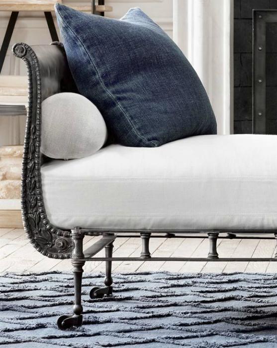 Из старых джинсов можно сшить стильные чехлы для диванных подушек.