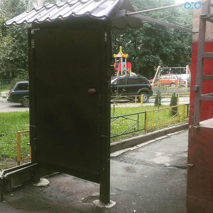 Железная дверь во дворе.