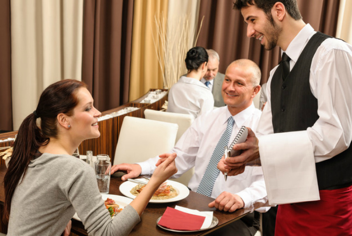 Никогда не помогайте официантам.
