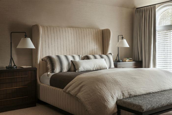 Спальня в бежевых тонах с роскошной кроватью.
