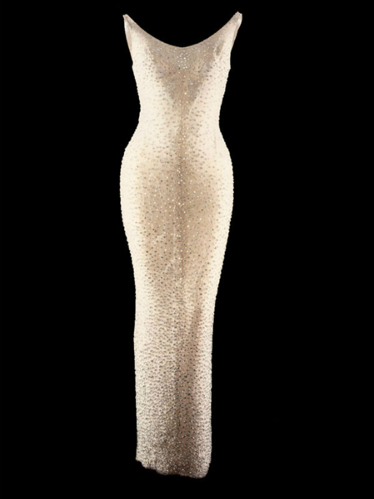 Знаменитое платье Мэрилин Монро, которое она надела на день рождения Джона Кеннеди, выполнено из тонкой, паутинообразной, тонкой ткани, расшитой 6000 бриллиантовых блесток.
