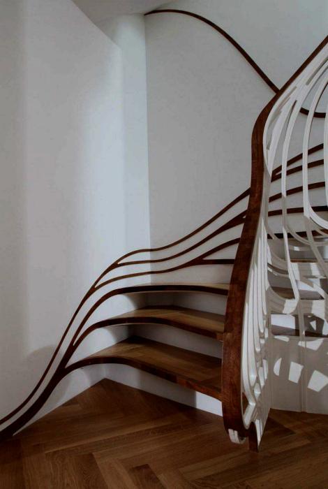 Лестница с деревянными элементами.