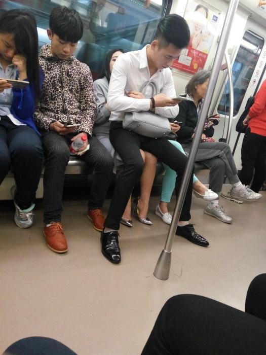 Pares divertidos en el transporte público.