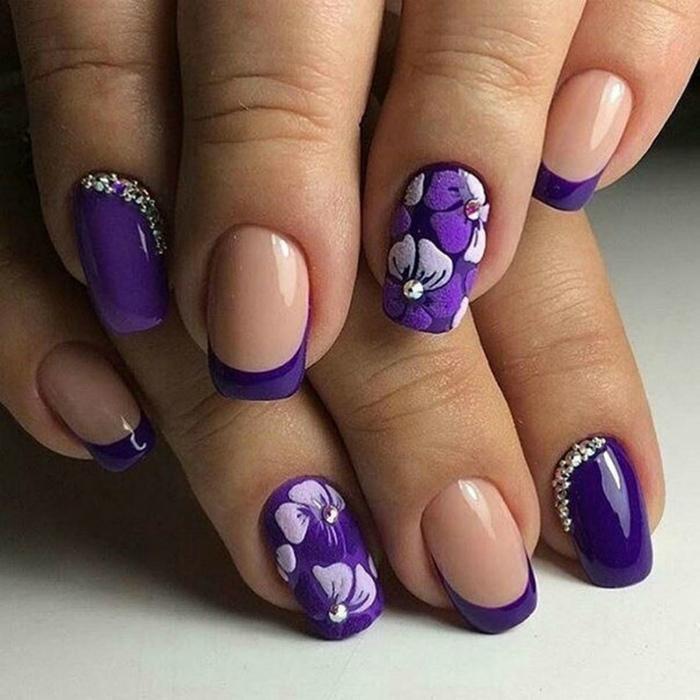 Интересный маникюр в фиолетовых оттенках.