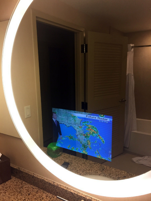 Зеркало со встроенным телевизором.