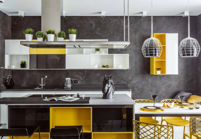 Просторная кухня серо-желтых тонах.
