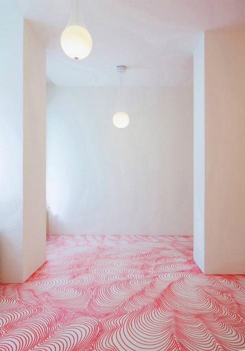 Розовые волны на белом полу.