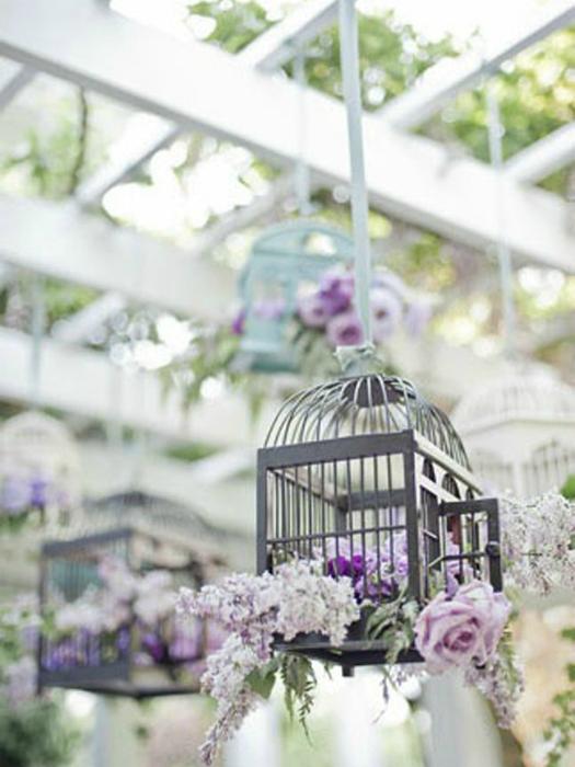 Ненужную птичью клетку можно использовать для храшения букетов из живых или сушенных цветов.