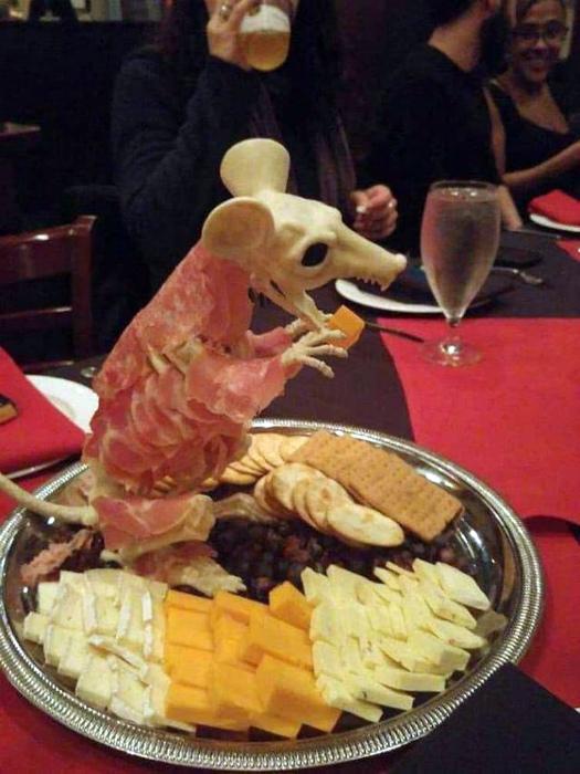 Прелестная крыса из мяса и сыра.
