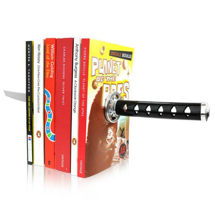 Замечательный магнитный держатель для книг в виде самурайского меча.