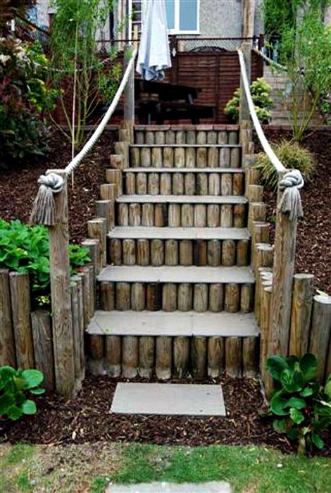 Большая лестница из бревнышек.