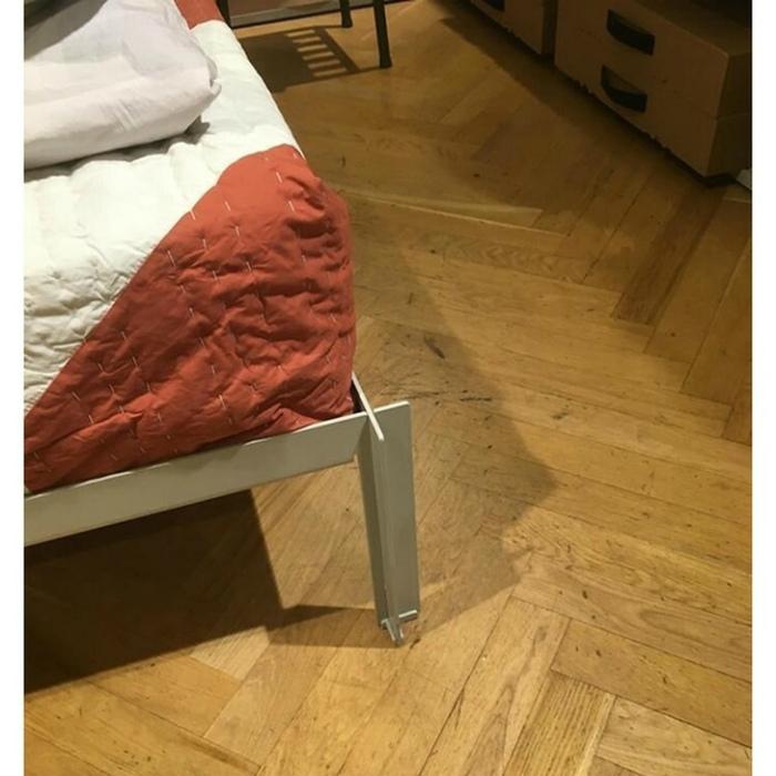 По мнению Novate.ru, дизайнер этой кровати ненавидит людей. | Фото: Notinerd.