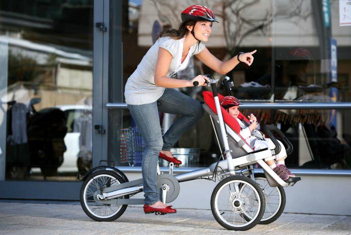 Велосипед с детским креслом, который трансформируется в прогулочную коляску.