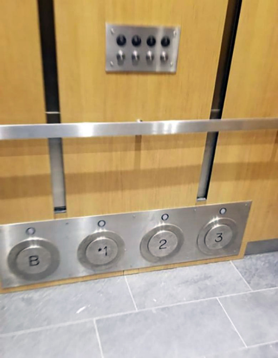 Нижняя панель с кнопками в лифте.