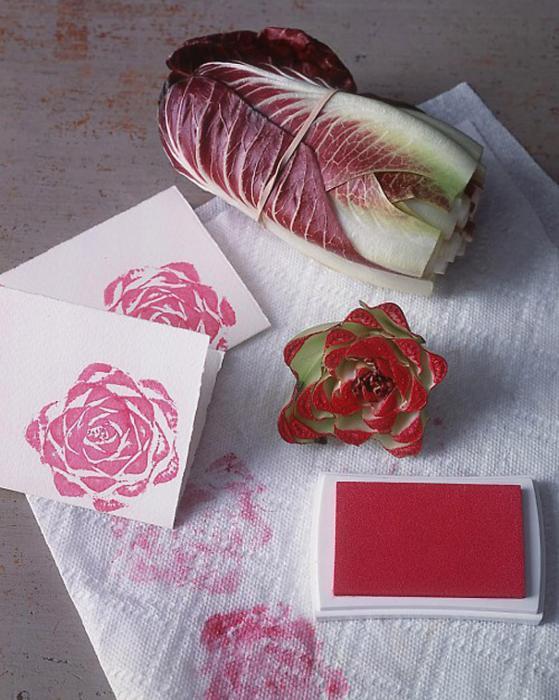 Оригинальный штамп-роза, который очень легко сделать из пекинской капусты.