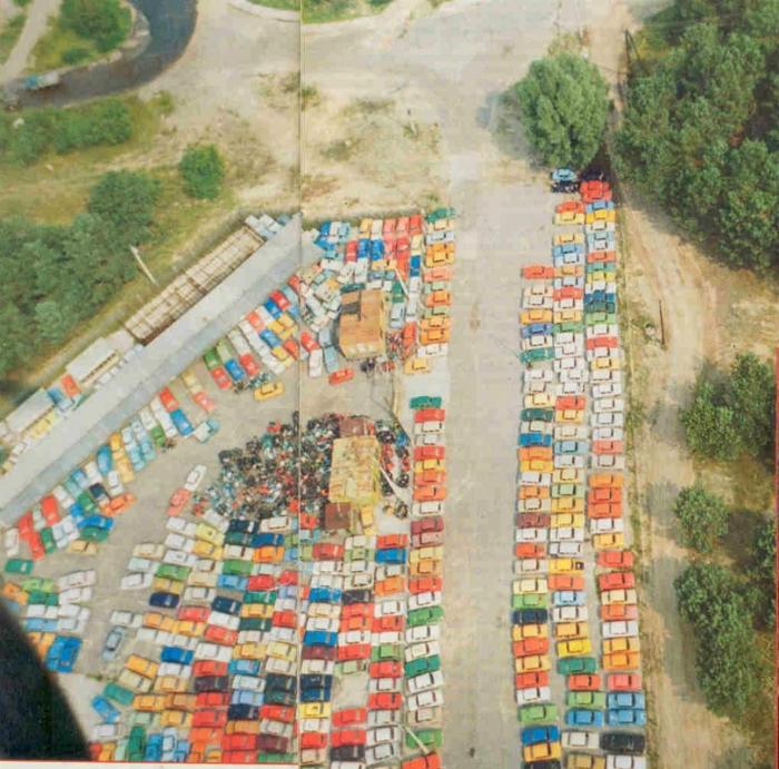 Стоянка брошенных отечественных автомобилей и мотоциклов. Чернобыль, 1986 год.