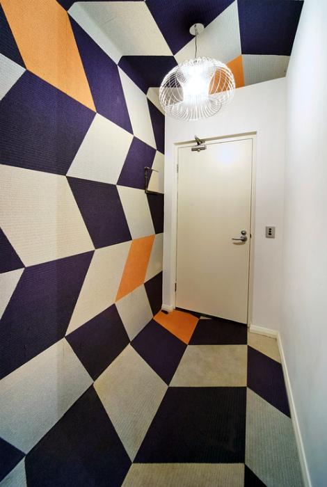Единый объемный принт на полу, стене и потолке прихожей.