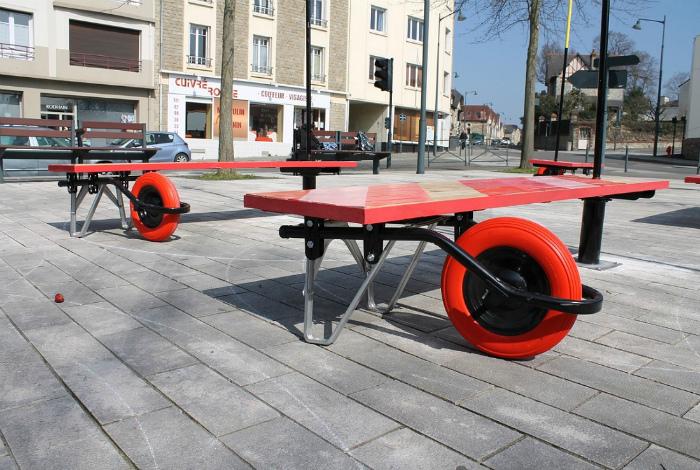 Скамейки с колесами. | Фото: varlamov.ru.