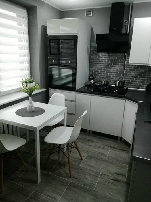 Маленькая кухня в серых оттенках.