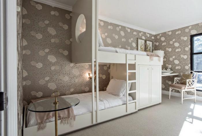 Взрослая спальня с оригинальной двухэтажной кроватью.