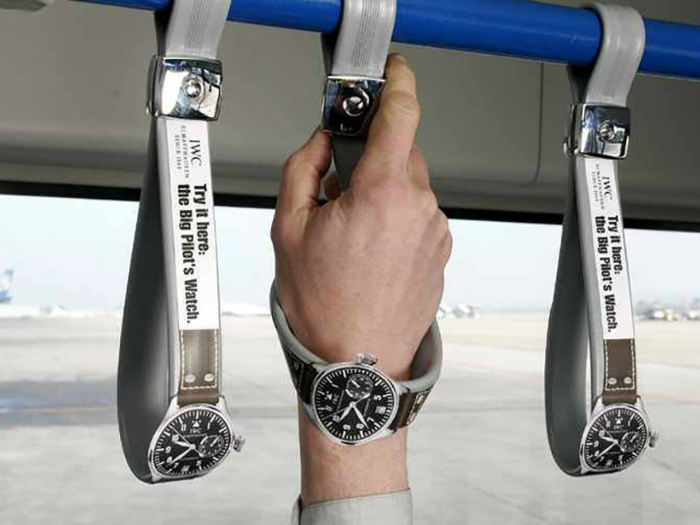 Поручни в автобусе в виде наручных часов от International Watch Company.