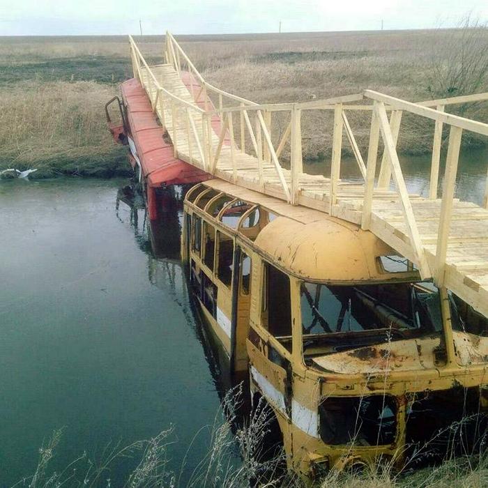 Опоры моста не внушают доверия... | Фото: Demotywatory.