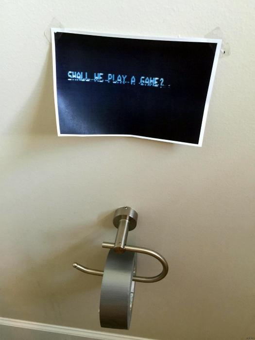 Скотч вместо туалетной бумаги. | Фото: ЯПлакалъ.