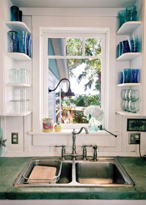 Множество боковых полочек пригодятся для хранения чашек, банок и ваз.