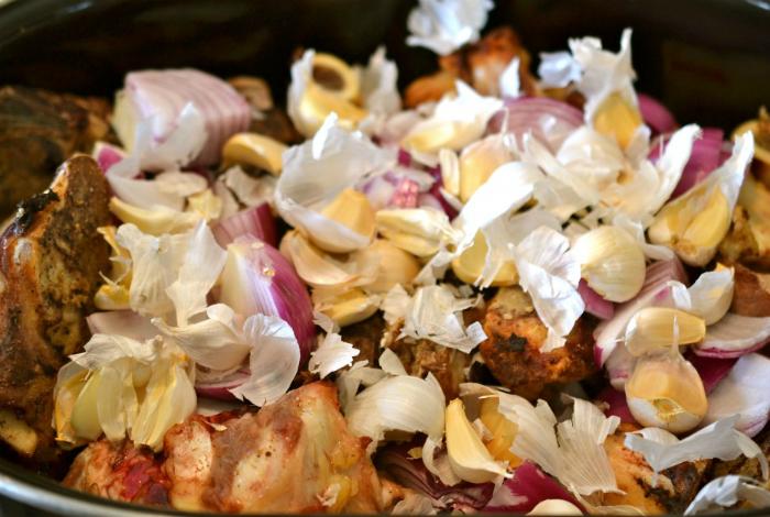 Ароматная луковая и чесночная шелуха очень питательна, ее можно использовать для приготовления бульона.