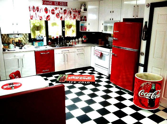 Кухня в стиле Coca Cola.
